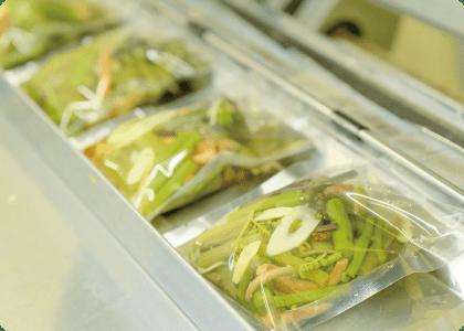 ④「梅酢」を使用した保存液とともに充填し、真空包装